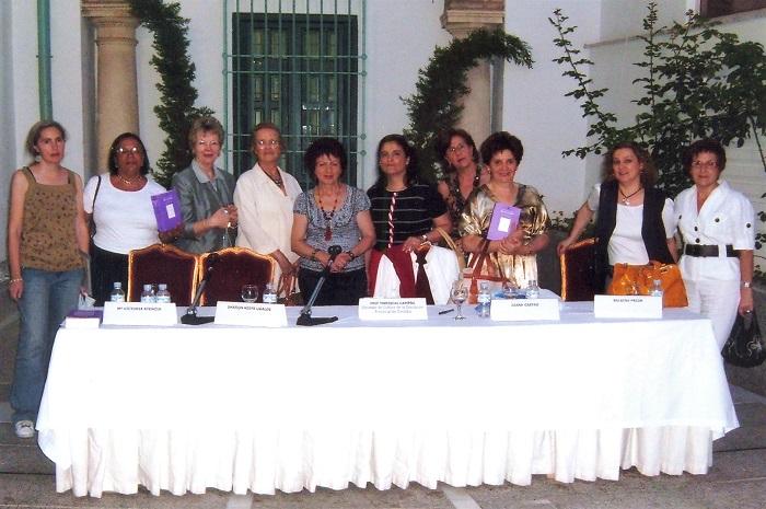 Con la hispanista Sharon Keefe Ugalde y Maria Victoria atencia en la presentación de Envoz alta, Córdoba 2007 - 700 X 465